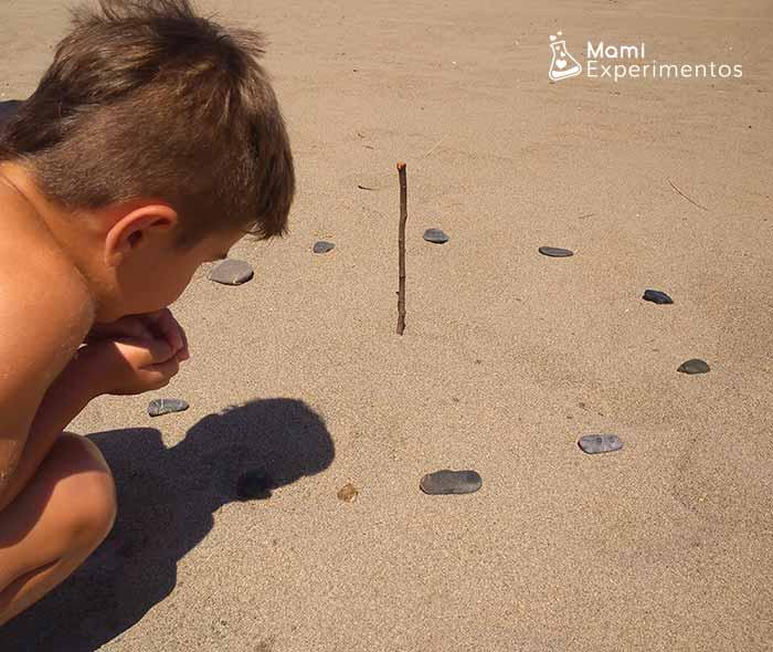 Preparando piedras para reloj de sol en la playa