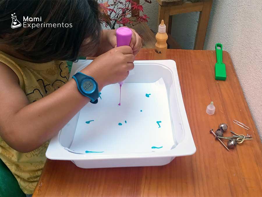 Preparando pintura de colores para arte con imanes
