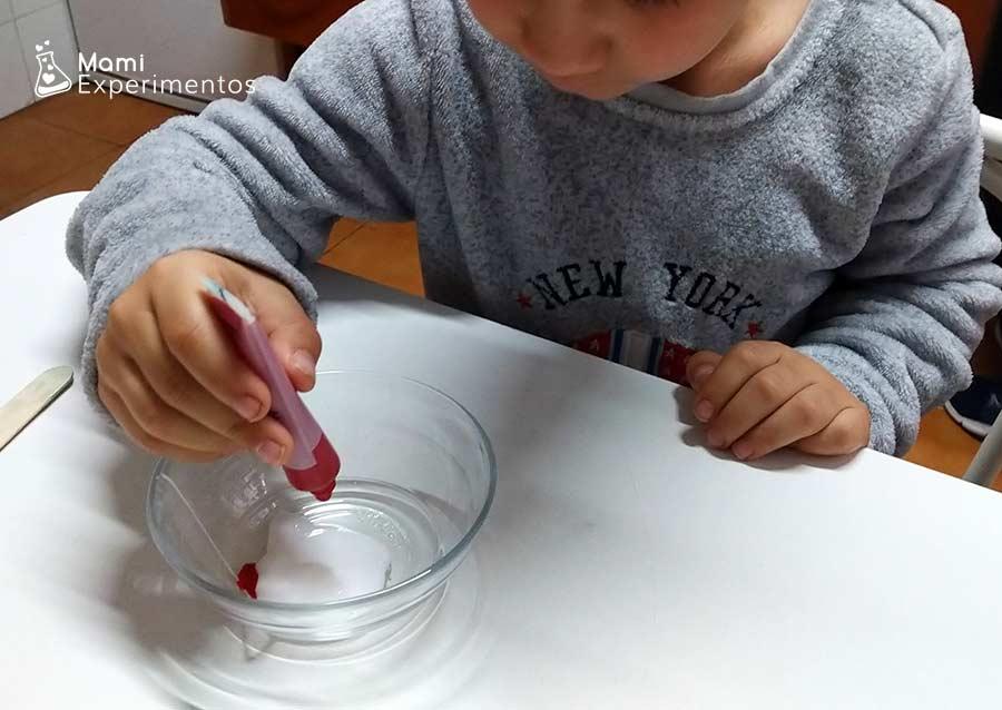 Preparando pintura en relieve de espuma de afeitar