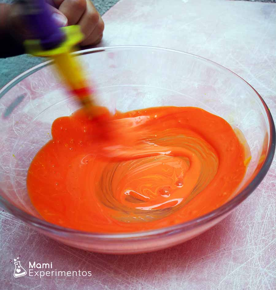 Preparando pintura naranja arte otoñal en ventanas