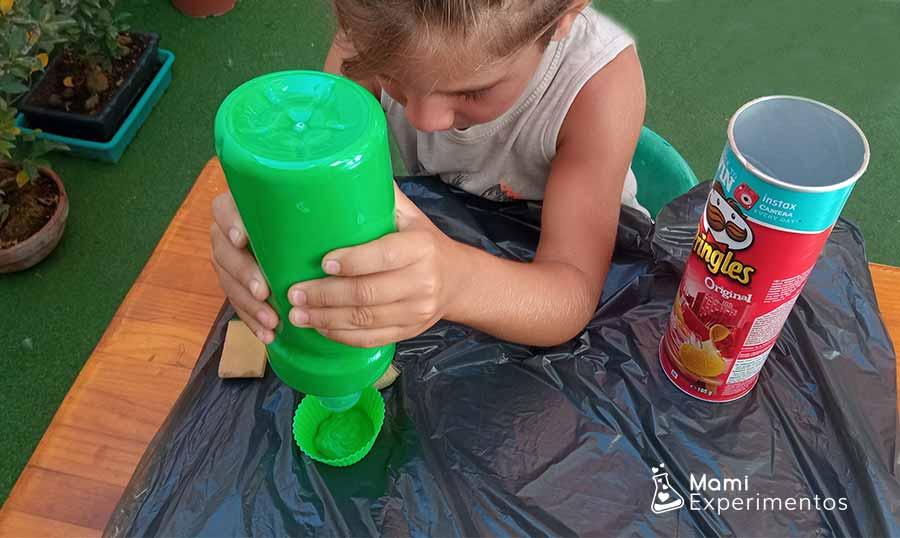 Preparando pintura para decorar amplificador casero con botes pringles