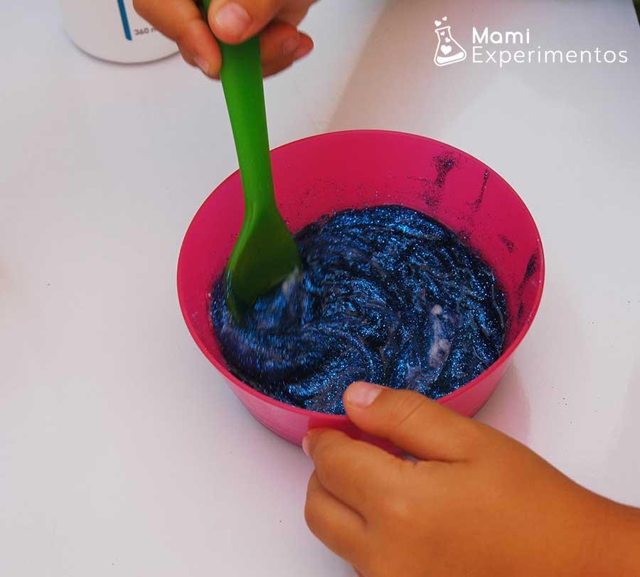 Preparando el slime casero especial frozen