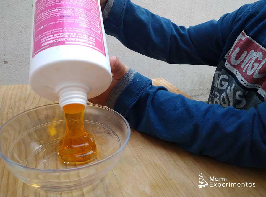 Preparando slime con champú