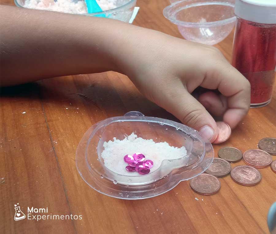 Preparando tesoros piratas con lentejuelas y purpurina