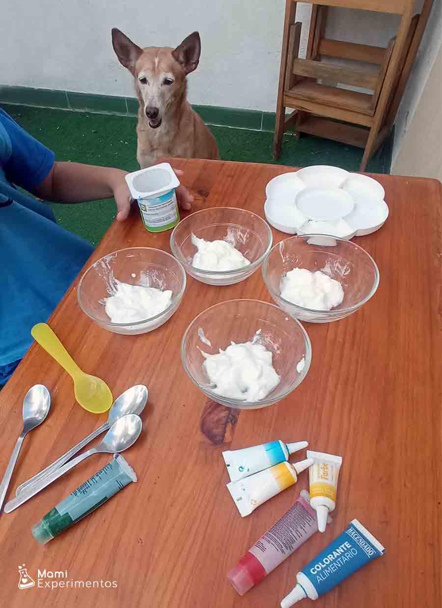 Preparando yogur para hacer pintura especial bebés
