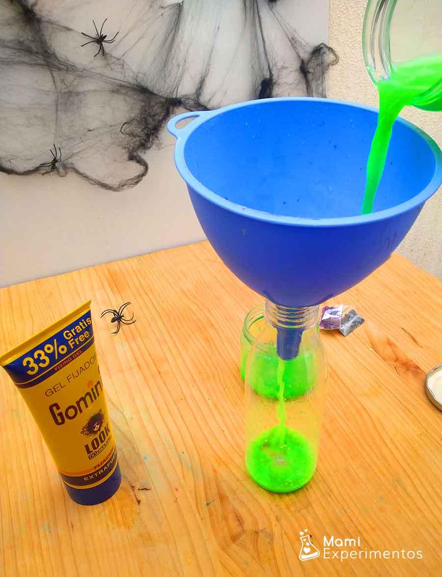 Preparando botella sensorial halloween con pintura fluorescente y gomina