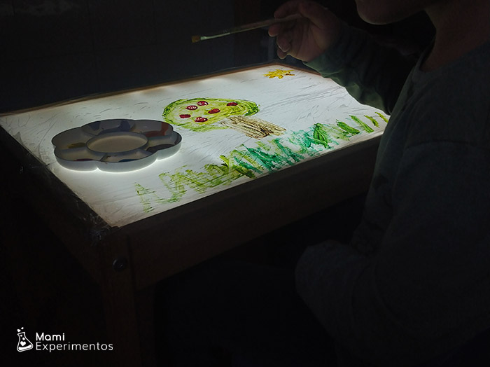 Primavera en la mesa de luz forrada con film