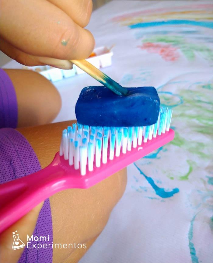 Probar técnicas diferentes pintando con hielos de colores