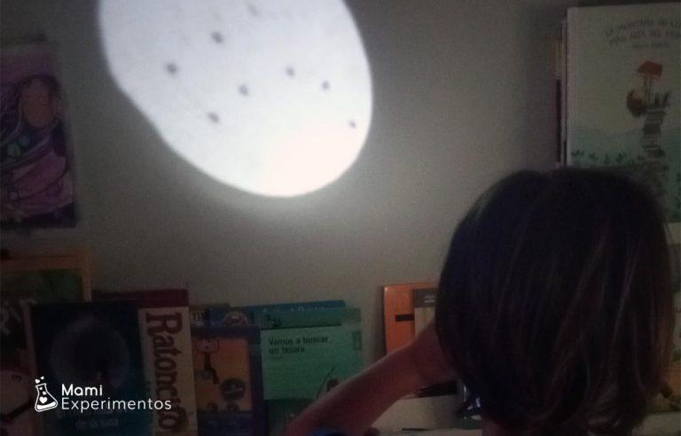Proyectar constelaciones en la pared con rollos de papel
