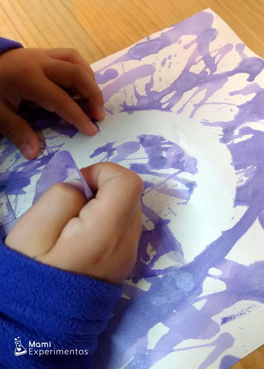 Quitando cinta carrocero arte con técnica de pajita en el día de la mujer