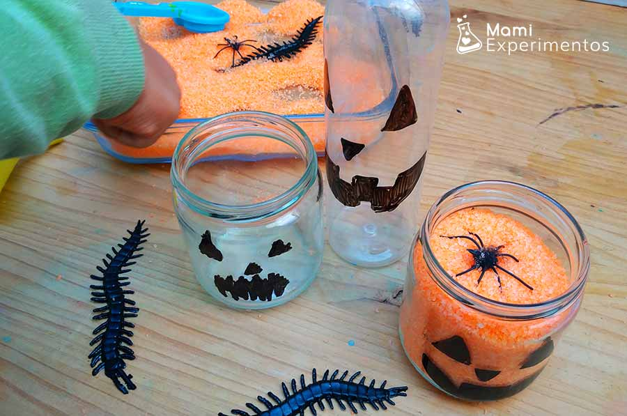 Realizar trasvases con sal naranja para calabazas halloween