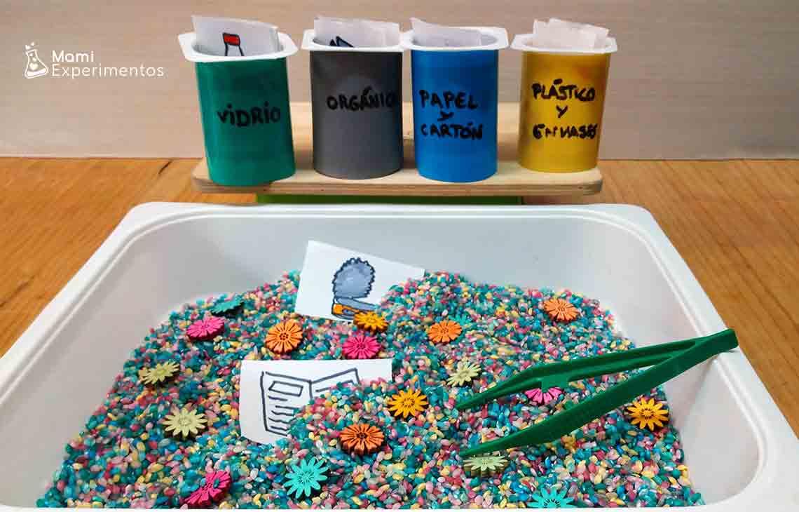 Bandeja sensorial sobre reciclaje especial día de la Tierra
