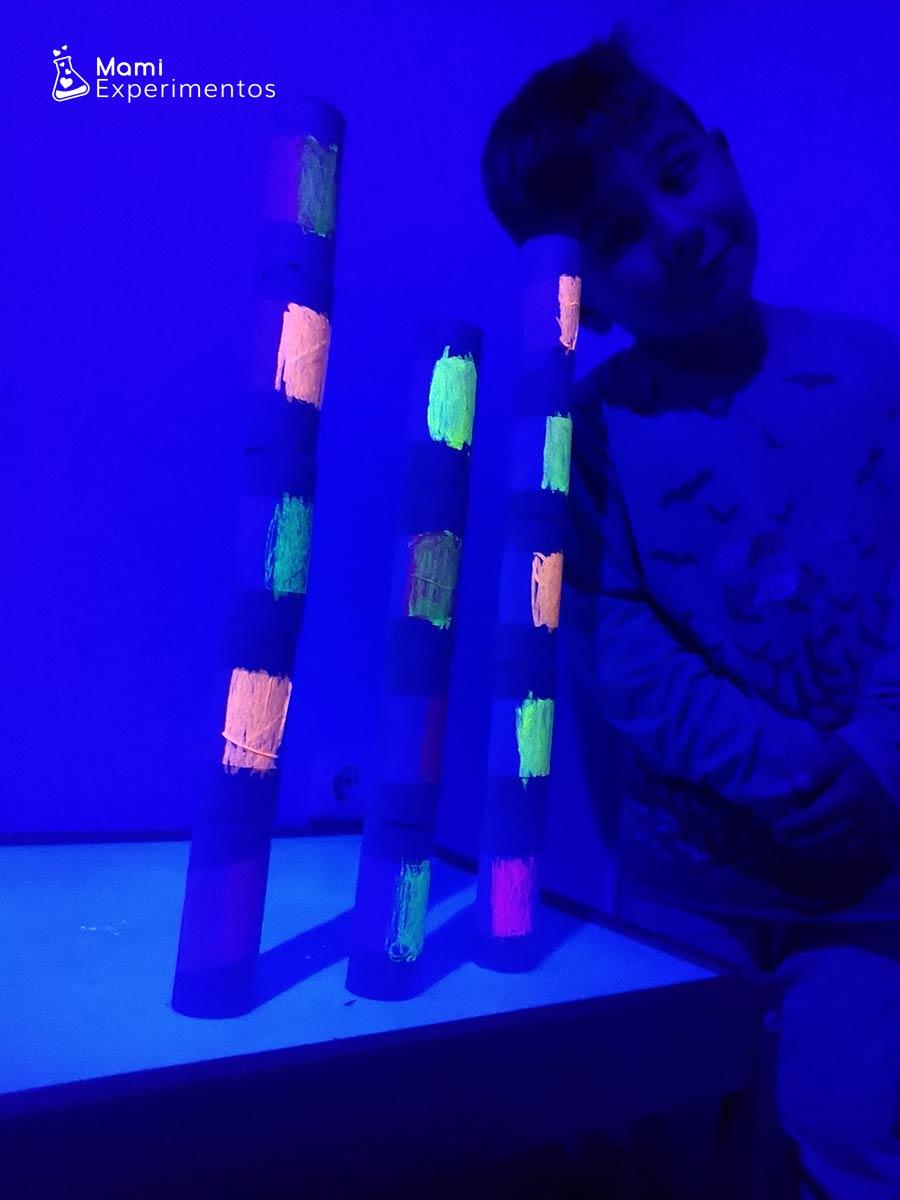 Reciclando rollos de papel y construimos con luz negra