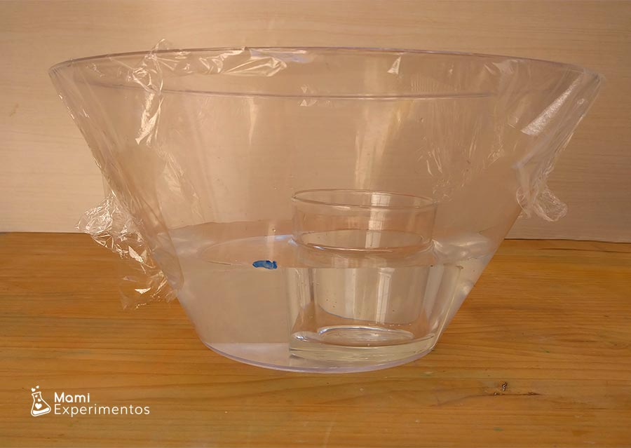 Recipiente marcado para experimento ciclo del agua