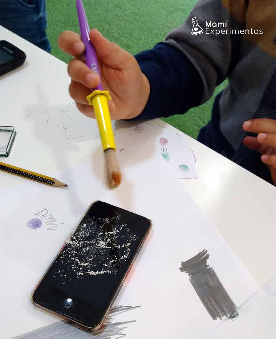 Recogiendo huellas dactilares de un móvil taller agentes secretos
