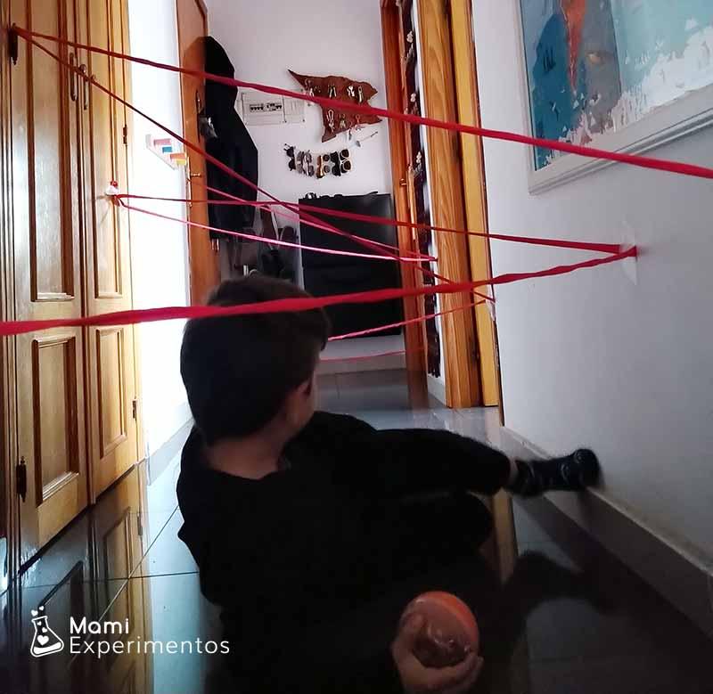 Recopilando pelotas tela de araña en el pasillo