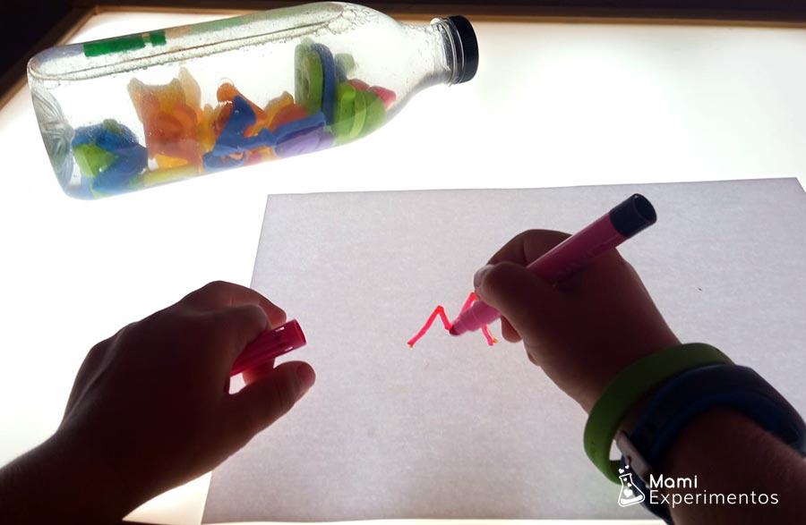 Reconociendo y escribiendo letras en botella sensorial y mesa de luz