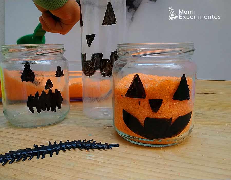 Rellenando con cucharas calabazas halloween