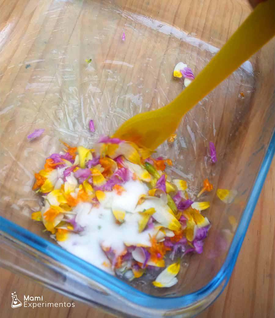 Removiendo bicarbonato y líquido lentillas con pegamento para slime flower power