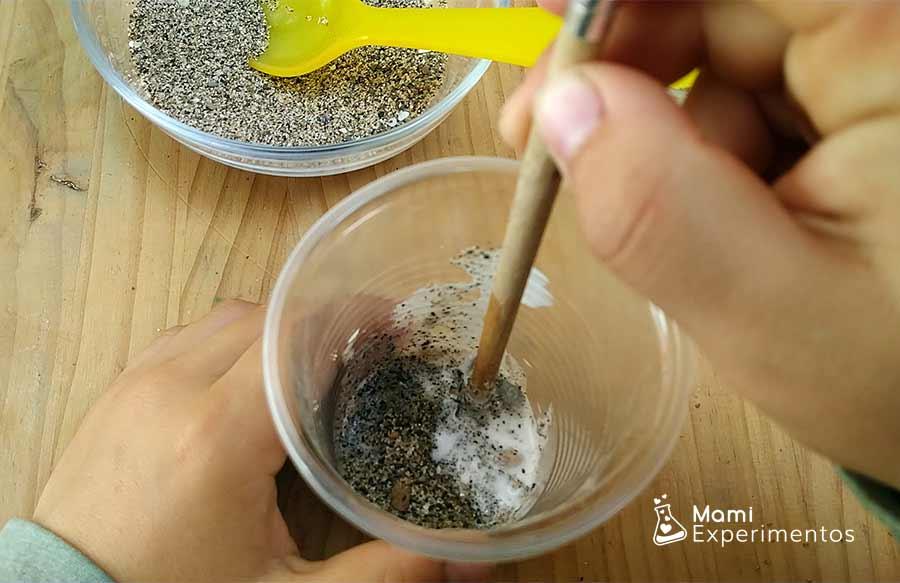 Removiendo diferentes materiales para crear roca sedimentaria