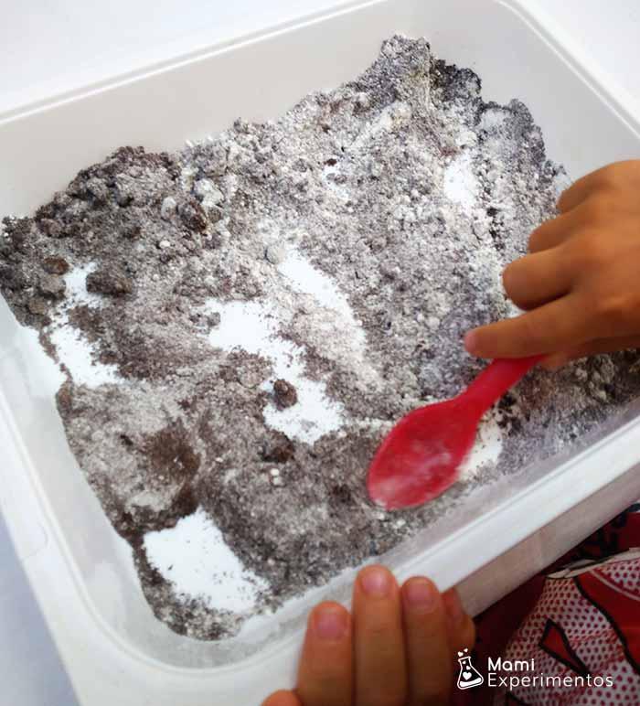 removiendo ingredientes secos plastilina de cafe
