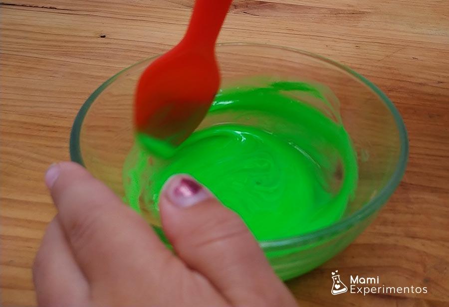 Removiendo ingredientes slime moco de monstruo halloween