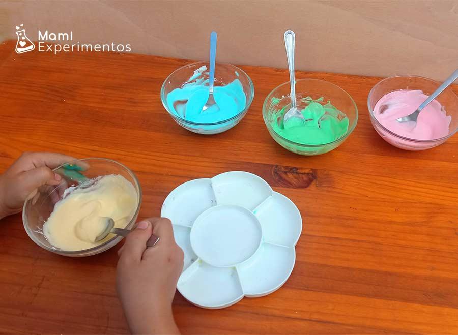 Removiendo yogur con colorante y maicena para pintura especial bebés