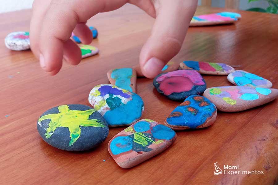 Resultado arte en piedras calientes con ceras de colores derretidas