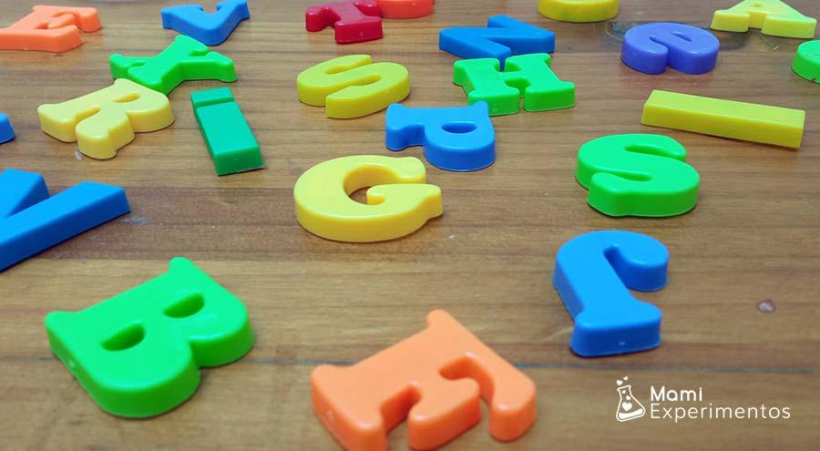seleccionando letras para botella sensorial de alfabeto
