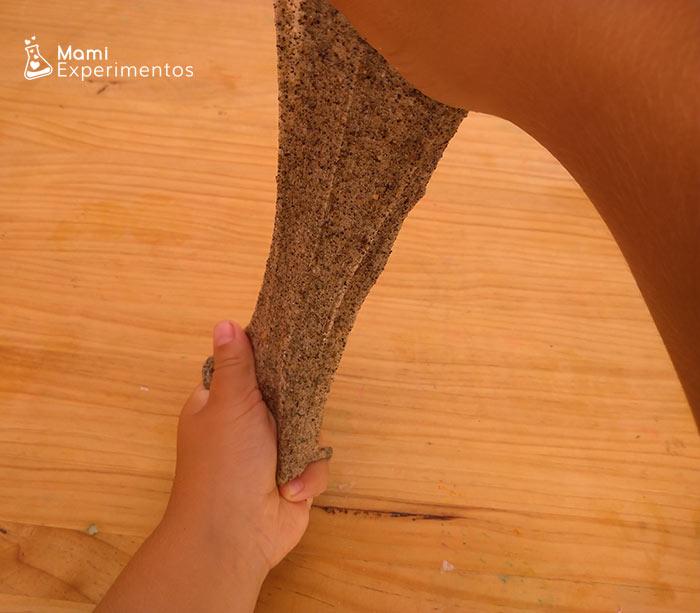 Slime elástico y grumoso de arena de playa