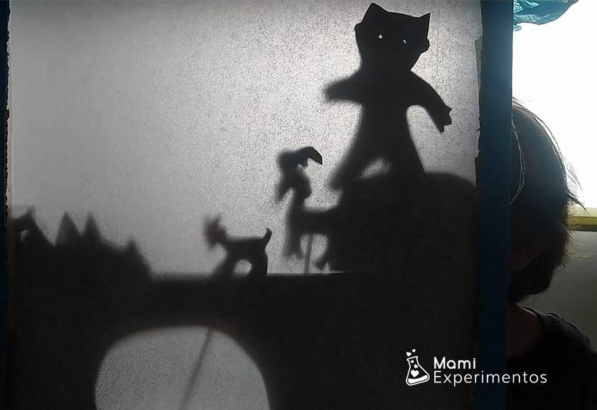 Sombras que se acercan y alejan en teatro de sombras especial día del libro