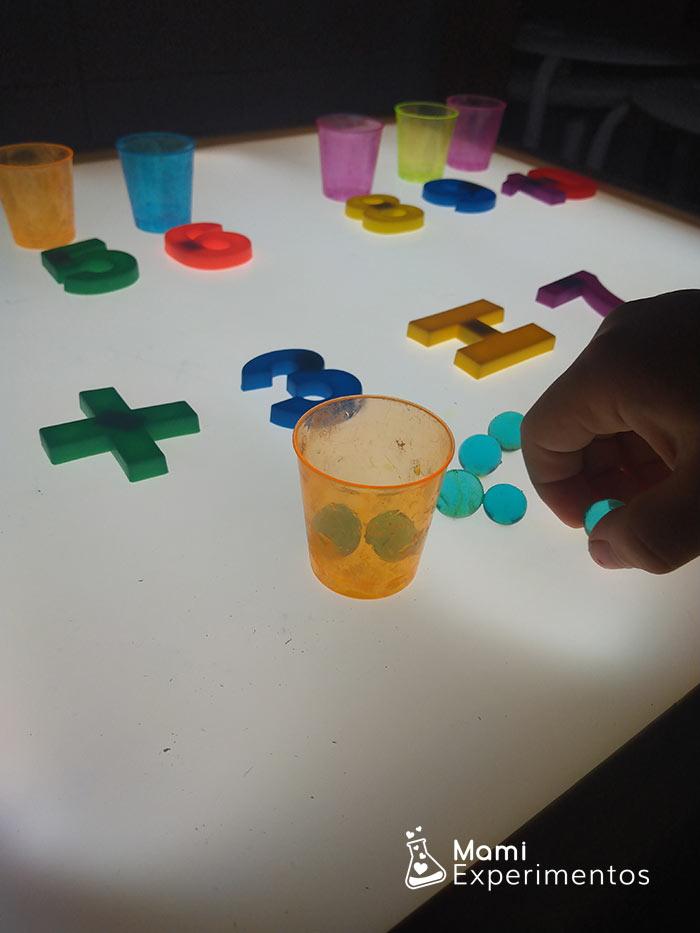 sumar con las bolas de hidrogel en mesa de luz