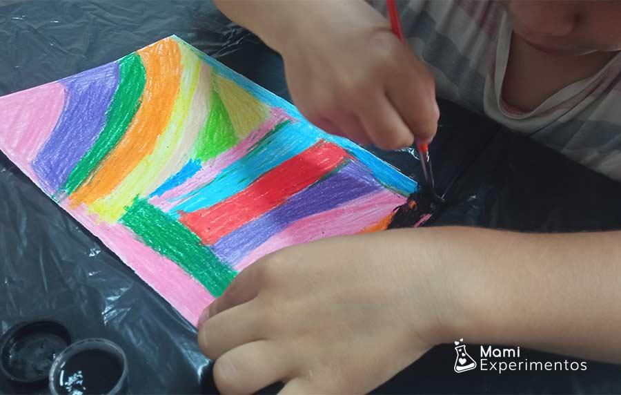 Témpera negra sobre las ceras de colores para creación artística en el día de las familias
