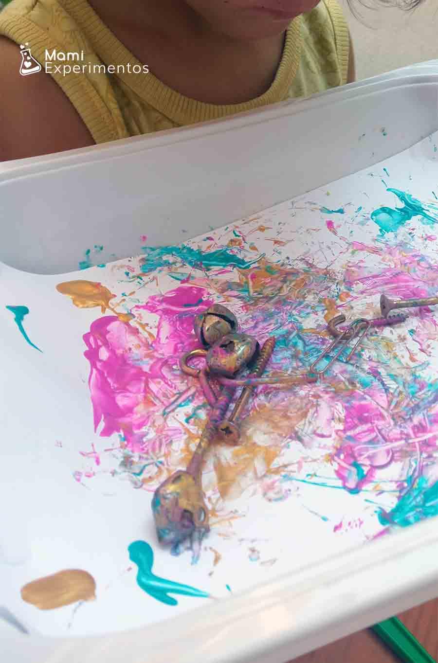Tornillos pintando en bandeja movido por varita magnética arte con imanes