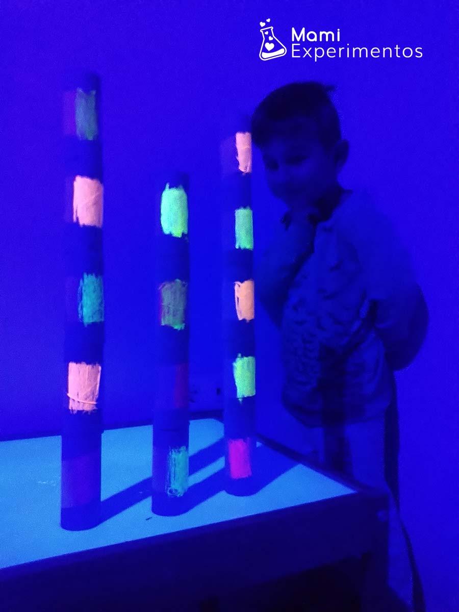 Torres con rollos de papel higiénico y luz negra