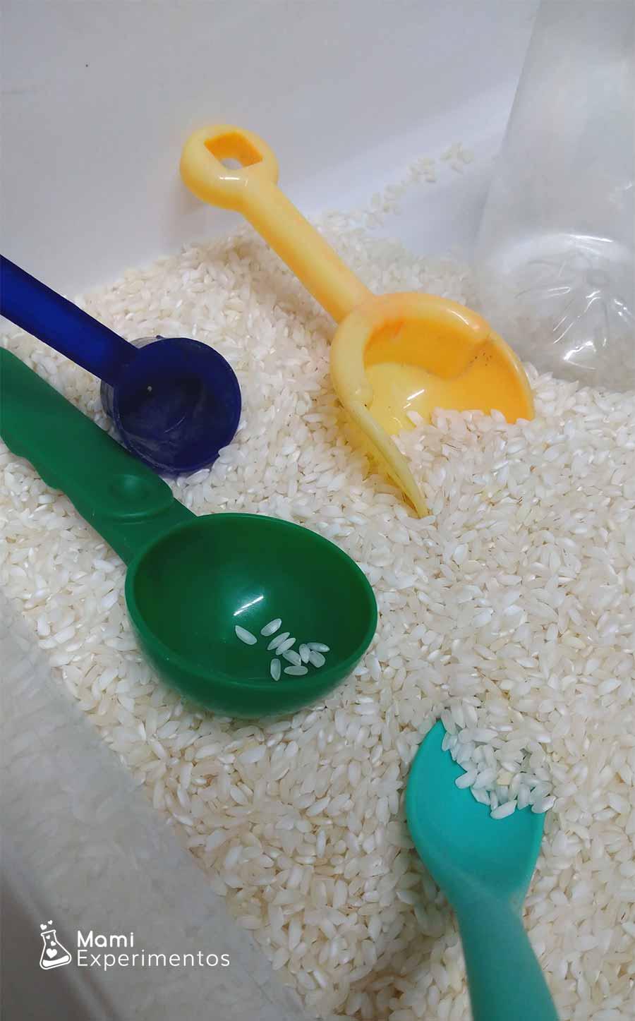 Trasvases con arroz para botella sensorial muñeco de nieve