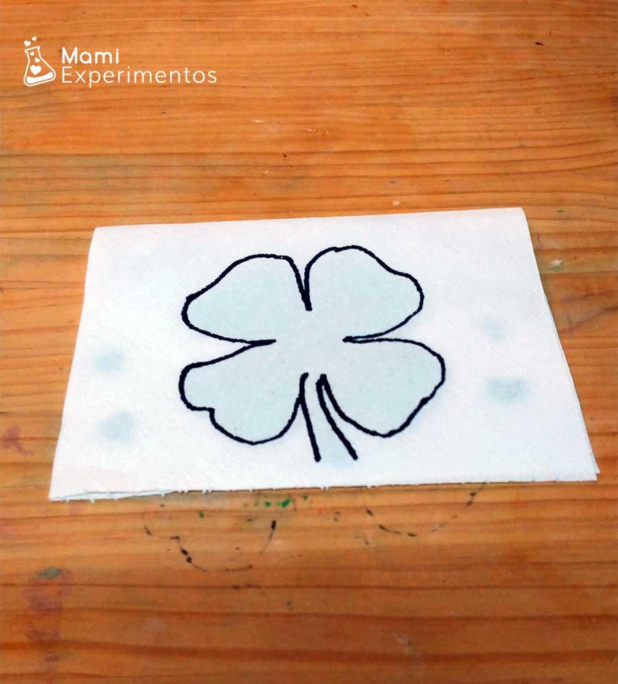 Trebol en papel de cocina sin colores
