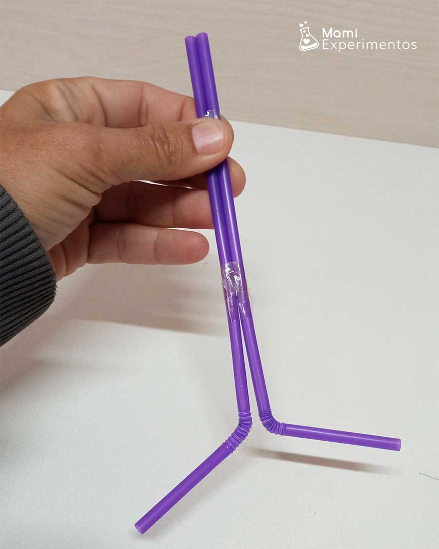 Uniendo pajitas con cinta adhesiva para funcionamiento de nuestros pulmones