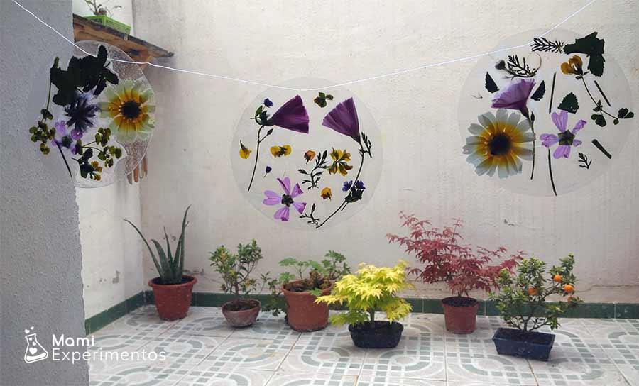 Ventanal decorado con cadeneta de atrapasoles de flores