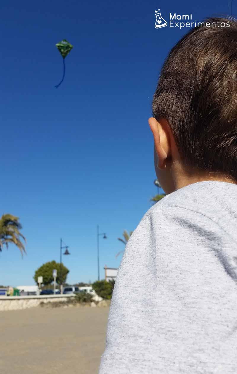 Volar una cometa en la playa