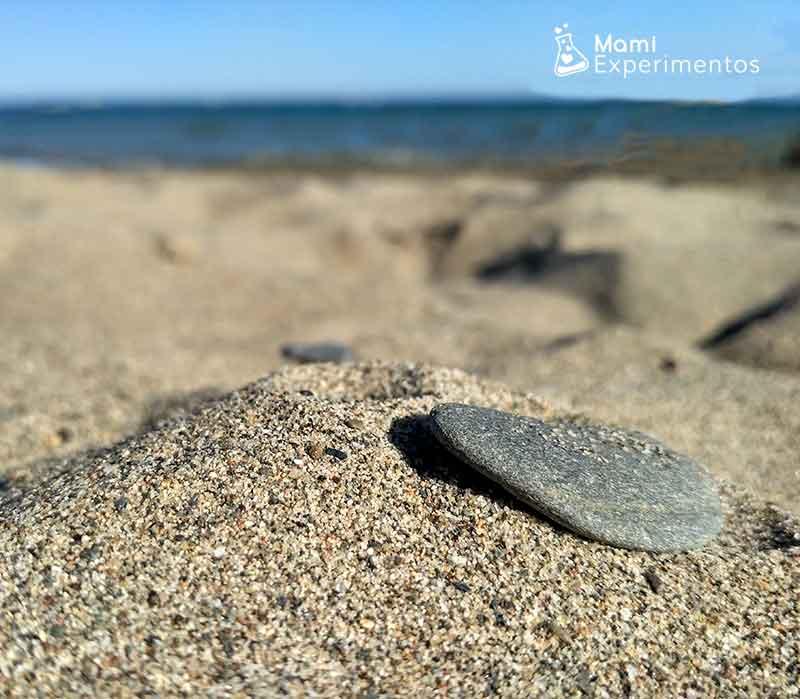 Volcán de arena con vinagre y bicarbonato en la playa